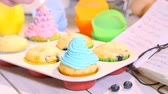 яйцо : Decorating homemade cupcakes with berry fruits