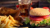 hambúrguer : Fresh takeaway hamburger with cold drink and fries