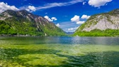 деревня : Mountain Lake in Hallstatt and clouds on a sunny day, 4k timelapse