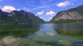 деревня : Mountain lake in Hallstatt in summer, Alps Стоковые видеозаписи