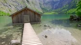 баварский : Beautiful mountain lake Obersee with wooden cottage, Alps