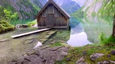 lugar : Path to a wooden cabin on a mountain lake Obersee, German Alps