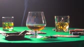 yığın : Cigar on the table to play poker with whiskey