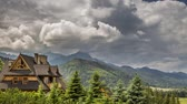 tempestuoso : Stormy clouds over cottage in Tatra Mountains in summer, Zakopane, Poland