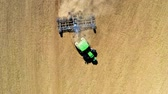 arado : Top view of tractor plowing field on autumn Archivo de Video