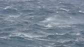 střední : Rough ocean surface with surface waves during windy storm