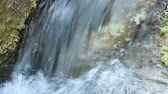 звук : Closeup chute of water flowing over rocks in river with original sound