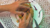 limonka : A man opens a burger in order to eat it. Wideo
