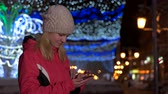 chvět se : girl somtrit tablet winter and respond to messages Dostupné videozáznamy
