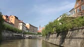 szlovénia : LJUBLJANA, SLOVENIA - AUGUST 29, 2018: Beautiful historic, medieval, buildings, cool cafes, restaurants and small shops on the banks of Ljubljanica river.