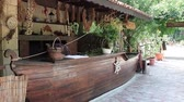 rumunština : An outdoor country kitchen with fireplace, plants and several handcrafted items.