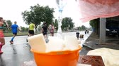 refrescar : DNIPRO, UKRAINE- MAY 20: Volunteer pours water into washcloths to refresh runners at marathon at 3rd INTERPIPE Dnipro Half Marathon 2018, May 20, 2018 in Dnipro, Ukraine Vídeos