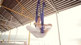 健身 : Anti-gravity Yoga, woman doing yoga exercises