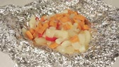 comestível : Fresh vegetarian food. Baked in foil potatoes and vegetables