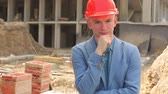 Portrait of a young architect at a construction site. Vídeos