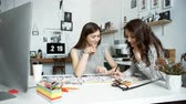 arquitetônico : Two women working together at an architect office