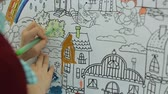Kid coloring wallpaper with crayons Vídeos