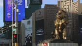 nocciolo : Las Vegas, Nevada - marzo 2017: La statua di un leone a Las Vegas in Strip Boulevard. Ingresso al casinò MGM con gigante oro Lion Statua close-up colpo di Las Vegas Casino. MGM Grand e la statua del leone.