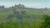 тосканский : Tuscany, Italy. Typical tuscan region farm house, hills and vineyard.