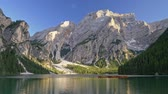 dolomit : Panoramic shot of Lake Braies and Dolomites in South Tyrol, Italy Stok Video