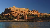 marroquino : Water running fast at Ait Ben Haddou, Morocco during a bright sunny day. Fortified village (ighrem, ksar) on the former caravan route between Marrakesh and Sahara desert. UHD Stock Footage
