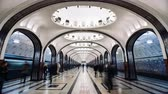 setembro : MOSCOW, RUSSIA - 28 SEPTEMBER 2016: Timelapse people moving throw Mayakovskaya subway station.
