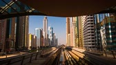 setembro : DUBAI, UAE - SEPTEMBER 21, 2014: Dubai Metro. Timelapse view of the city from the subway train