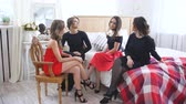 segredo : Four beautiful women have gossip talks and discuss problems while sitting on bed