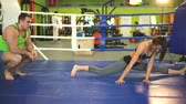 kampf : Junge Frau Training Pre-Match Warm-up in den Boxring mit ihrem Trainer. Stock Footage