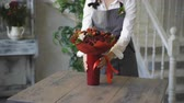 decoração : Woman rotating bouquet of fruits: lime, strawberry, pomegranate, marshmallow, apple