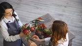 florista : two young handsome chef florists work at flowers fruit shop making fruit and vegetable bouquet Vídeos