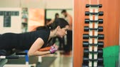 güç : Strong brunette woman doing exercise in fitness club