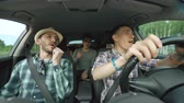 сумасшедший : Group of happy friends in car singing and dancing while drive road trip Стоковые видеозаписи