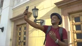 excursão : African american tourist man having online video chat using his smartphone camera while travelling in Europe Vídeos