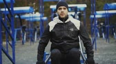 культурист : Muscular young man doing exercise in outdoor gym in winter park Стоковые видеозаписи