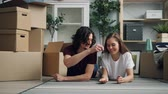 en couple : House owner good-looking guy is giving keys to his cheerful girlfriend and kissing her after moving to new flat together. Youth, relocation and relationship concept.