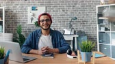 se movendo para cima : Time-lapse portrait of bearded man successful business owner smiling in office at desk while people are working in shared workspace. Millennials and business concept.