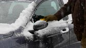 скребок : Male driver cleaning snow from car,  opening door and entering to car Стоковые видеозаписи