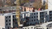 şantiye : Construction site with crane and part of concrete panel building Stok Video