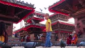 храм : Kathmandu, Nepal - September 24 2018: Children playing and people feeding pigeons at Kathmandu Durbar Square