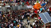 индуизм : Kathmandu, Nepal - September 13 2019: People pulling chariot of Kumari Goddess through the crowd. Стоковые видеозаписи