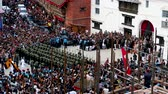 observar : Kathmandu, Nepal - September 13 2019: Crowd of people observing and celebrating Indra Jatra Festival at Kathmandu Durbar Sqaure.