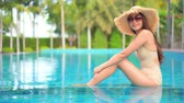 büyüleyici : Women around swimming pool in resort for relax in vacation