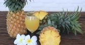 ananás : Pineapple with Juice on wood table background .