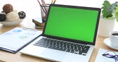 notebooklar : Laptop on desk with green screen. Stok Video