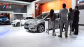 kompaktní : Group of people looking at a BMW 2-Series Active Tourer compact MPV on display during the 2015 Brussels motor show. Dostupné videozáznamy