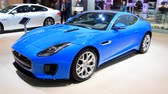 engels : Jaguar F-Type R? Dynamic Supercharged Coupé-sportwagen vooraanzicht op vertoning bij de Europese motorshow van 2018 in Brussel. Stockvideo