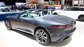 engels : Jaguar F-Type Convertible Britse sportwagen te zien op de Europese motorshow van 2018 in Brussel. Stockvideo