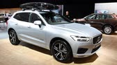 kompaktní : Volvo XC60 luxury compact SUV car with a skibox mounted on the roof on display during the 2018 European Motor Show ..