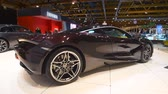 kupé : McLaren 720s exclusive British sports car fitted with a 4.0-liter twin-turbo V8 engine on display at the 2018 European motor show in Brussels. Dostupné videozáznamy